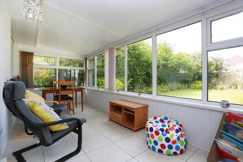 BOURNECOAST: LOVELY BUNGALOW-CONSERVATORY, GARDEN, SUMMER HOUSE & PARKING-HB6251, location de vacances à Burton