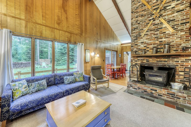 Dog-friendly vacation home w/ a fireplace, furnished deck, & outdoor firepit, location de vacances à North Haverhill