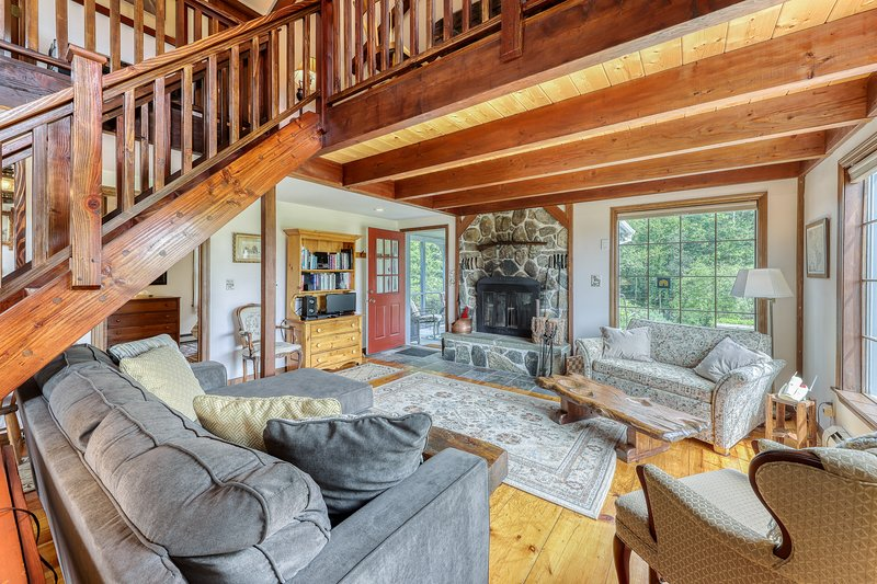New listing! Classic New England home w/ gorgeous property & screened porch!, vacation rental in Lower Waterford