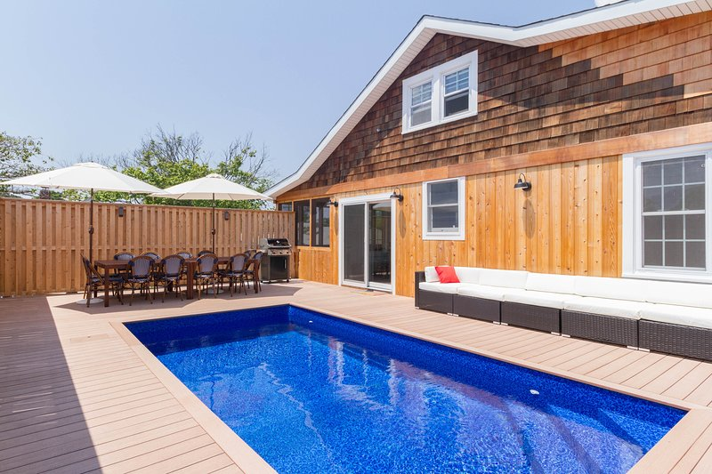 Completely remodeled home w/ private pool & chefs kitchen, aluguéis de temporada em Central Islip