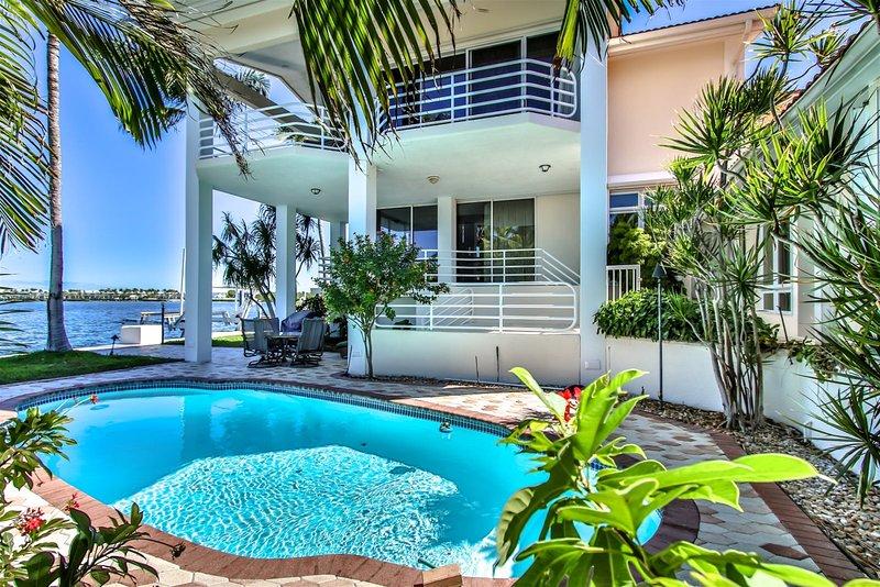 Shangri-La 3 Bedroom 3 Baths Gulf Front Estate, casa vacanza a Grassy Key