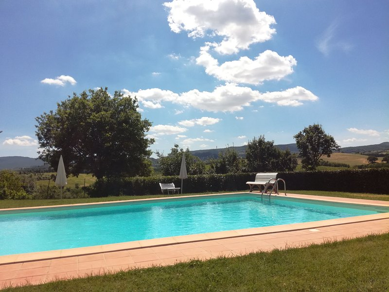 Great place for a Tuscan family holiday, 2 bedroom countryside apartments with shared pool, location de vacances à Montepulciano
