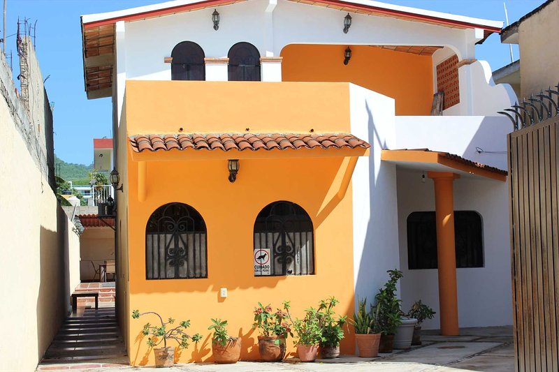 Central and affordable 5 bedroom house with private  pool, holiday rental in La Cruz de Huanacaxtle
