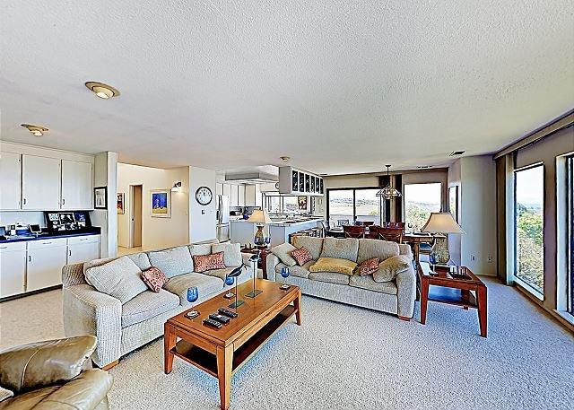 Modern Ocean-View Dream w/ Chef's Kitchen, Patio & Balcony - Walk to Beach!, location de vacances à Bodega Bay