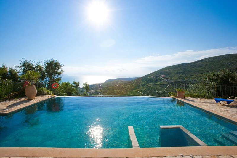 Fanies Villa Sleeps 8 with Pool Air Con and WiFi - 5604821, vacation rental in Ratzaklí