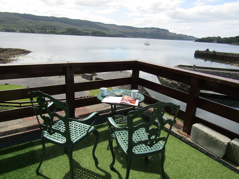 La suite Commodore possède un grand balcon, juste au-dessus du Loch Melfort, qui change constamment.