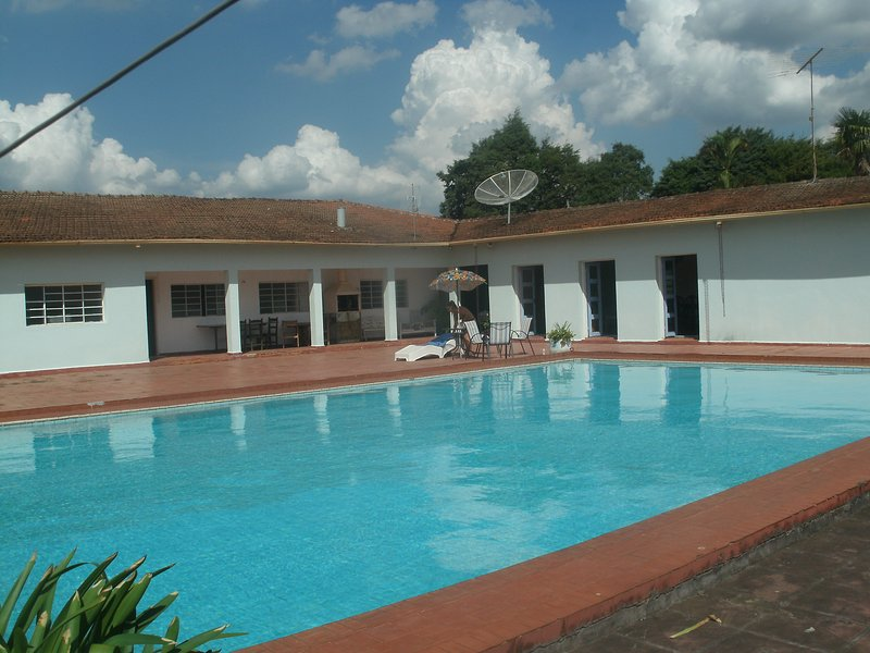 Outstanding Farm House With Semi Olympic Pool Water Falls Lakes and Trails, location de vacances à Ibiuna