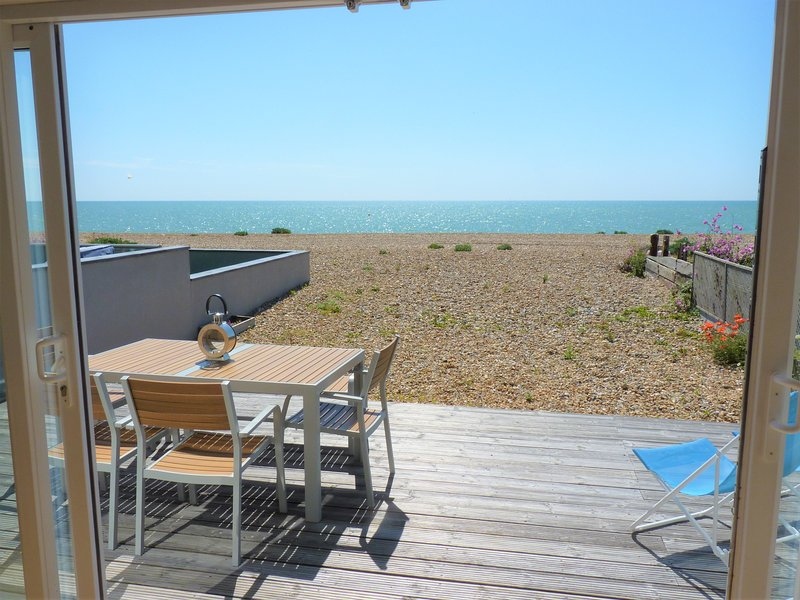 Pevensey Beach Retreat ON The Beach for Up to 8 People With 3 Bedrooms, holiday rental in Pevensey