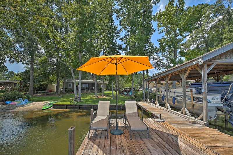 Lake Sinclair Waterfront Home w/Fire Pit+Dock, vacation rental in Milledgeville