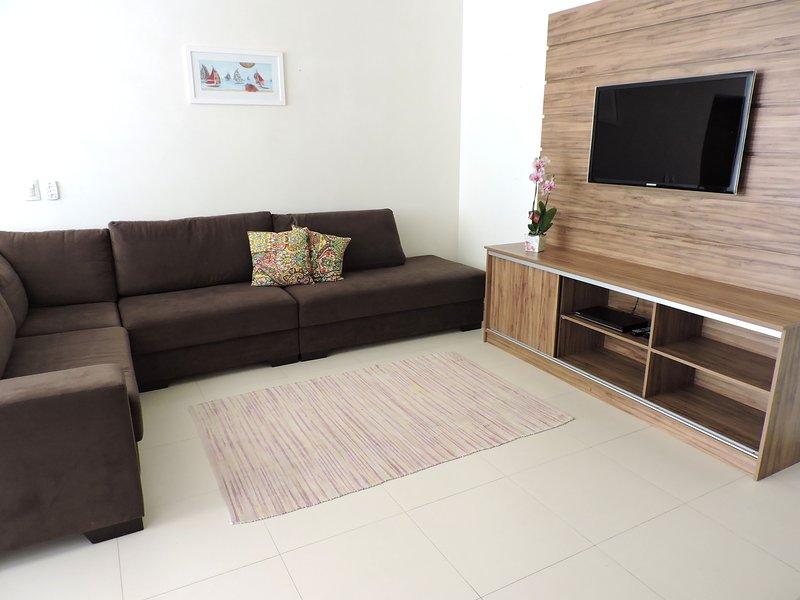 Apartamento 12 de 3 dormitórios para 10 pessoas a uma quadra da Praia Grande, vacation rental in Ubatuba