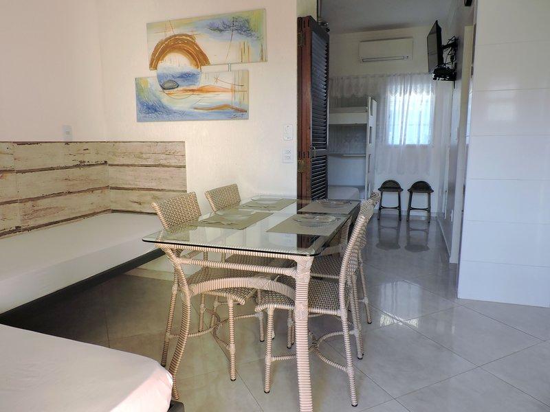 Apartamento 03-B de 1 dormitório para 6 pessoas a duas quadras da Praia Grande, vacation rental in Ubatuba