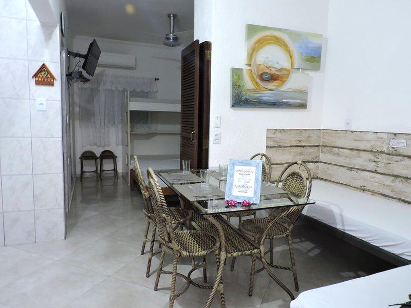 Apartamento 04-B de 1 dormitório para 6 pessoas a duas quadras da Praia Grande, vacation rental in Ubatuba