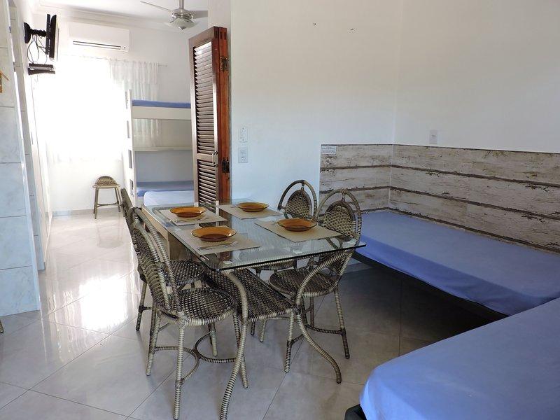 Apartamento 06-C de 1 dormitório para 6 pessoas a duas quadras da Praia Grande, vacation rental in Ubatuba