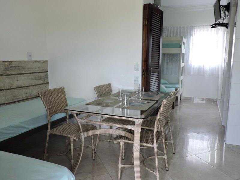 Apartamento 11-C de 1 dormitório para 6 pessoas a duas quadras da Praia Grande, vacation rental in Ubatuba