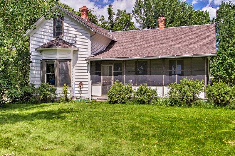 Cabin w/Grill & Porch Near Yellowstone River!, location de vacances à McLeod