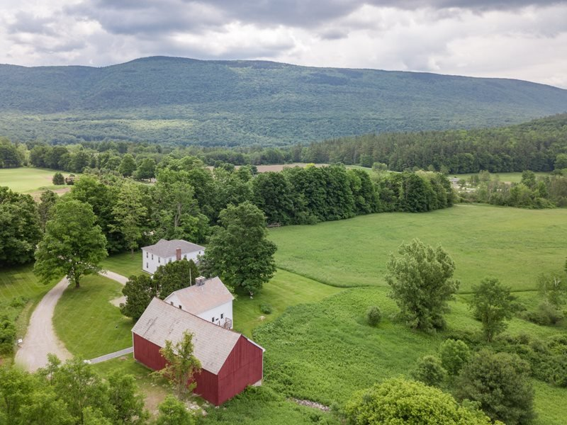 Levity Mountain: Farmhouse, Cottage, and Event Barn, holiday rental in Cambridge