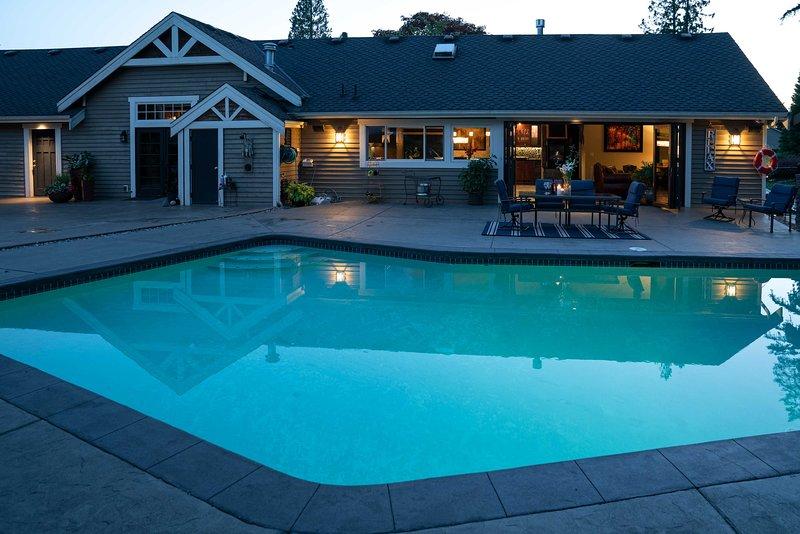 Luxury Home w/ Backyard Oasis - Near Seattle!, alquiler de vacaciones en Lynnwood