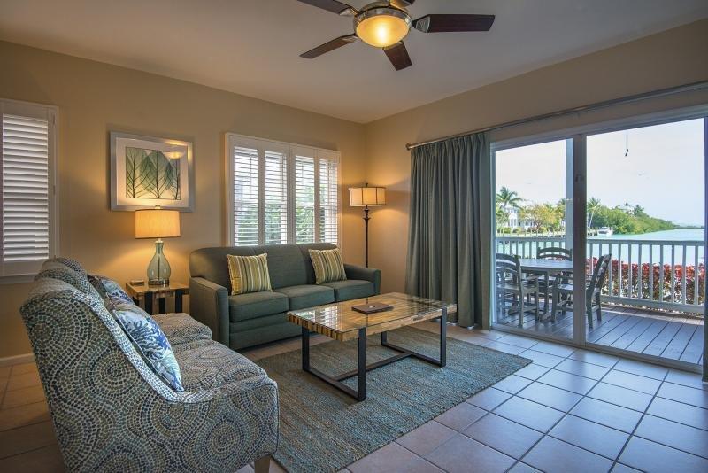 Sala de estar vem com vistas deslumbrantes desde a varanda! Você pode desejar mais?