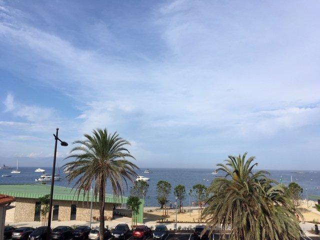 Mirando desde el balcón sobre la bahía de Anges