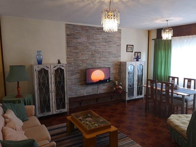 Amplio apartamento para 6 pax. Excelente ubicación, holiday rental in Arteixo