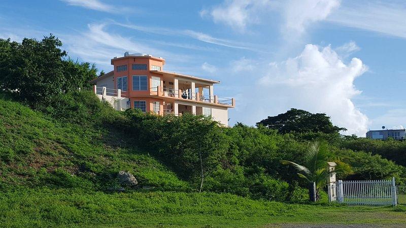 Steps to the Beach Casa Linda Beach House, alquiler de vacaciones en Isabel Segunda