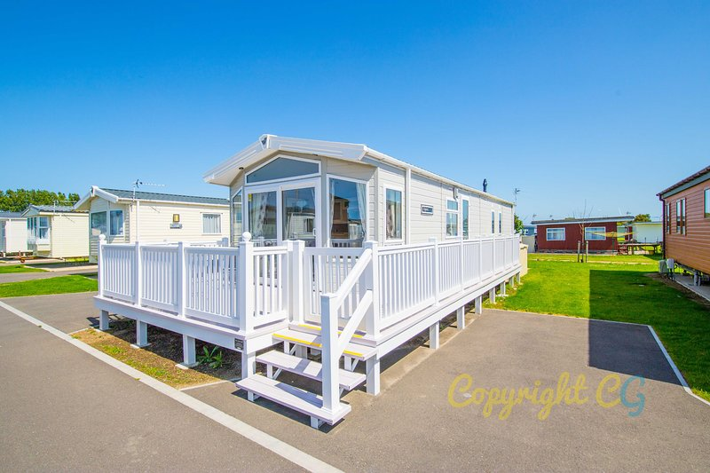 SBL54 - Camber Sands Holiday Park - Mini Lodge - Sleeps 8 - Decking - Parking, holiday rental in Rye