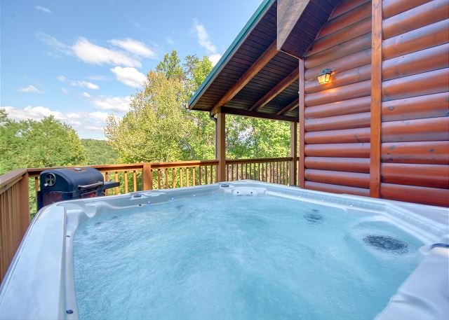 Gatlinburg Private Lodge with Game Room, Wifi, Video Arcade, & Large Hot tub, vacation rental in Gatlinburg