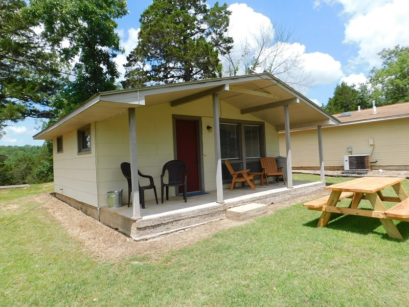 Cottage #2 Lakeside on Bull Shoals Lake large studio with kitchen, new queen bed, holiday rental in Bull Shoals