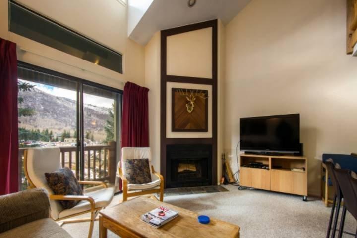 Chimenea de leña / Vistas a la montaña y balcón privado / Cable y Wifi