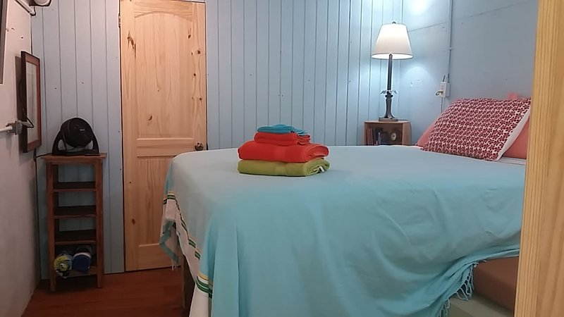 Cozy, small & Quirky queen bedroom - walk to beach, holiday rental in Sage Mountain National Park