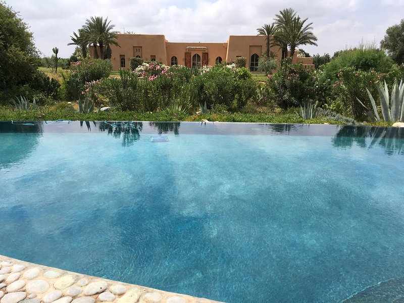 Riad luxueux dans grand domaine arboré et fleuri, vacation rental in Ait Iaaza