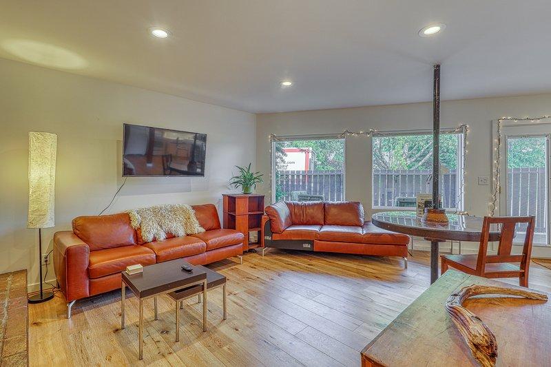 Sleek Urban Ballard studio w/ patio & fireplace -  walk to Golden Gardens Park!, vacation rental in Shoreline