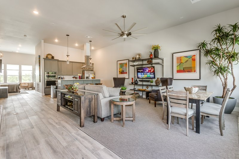 NEW LUXURY DOWNTOWN FORT WORTH TOWNHOME, CLOSE TO EVERYTHING!, vacation rental in Fort Worth