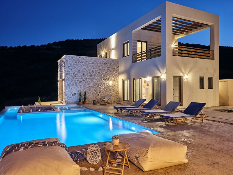Apaggio Luxury 4-bedroom Villa, vacation rental in Volimes