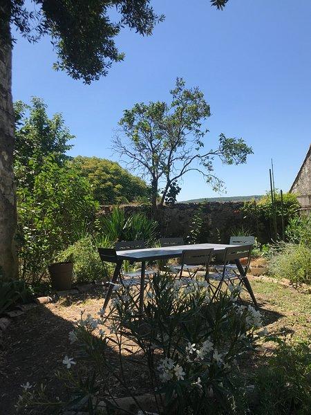 Le Grand Rapaillou. Maison de village entièrement rénovée, avec jardin au calme, Ferienwohnung in Saint-Daunes