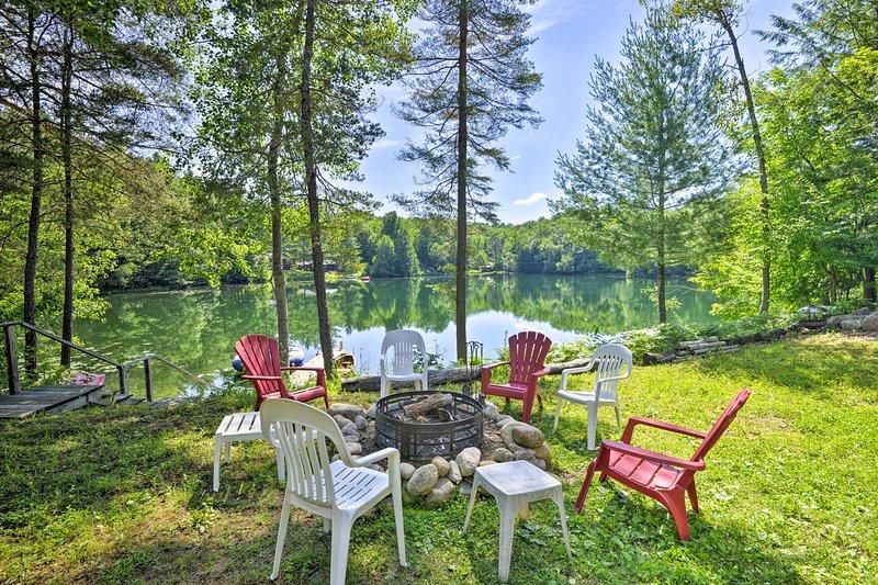 Esta cabaña de Glenfield se encuentra al borde de un lago privado.