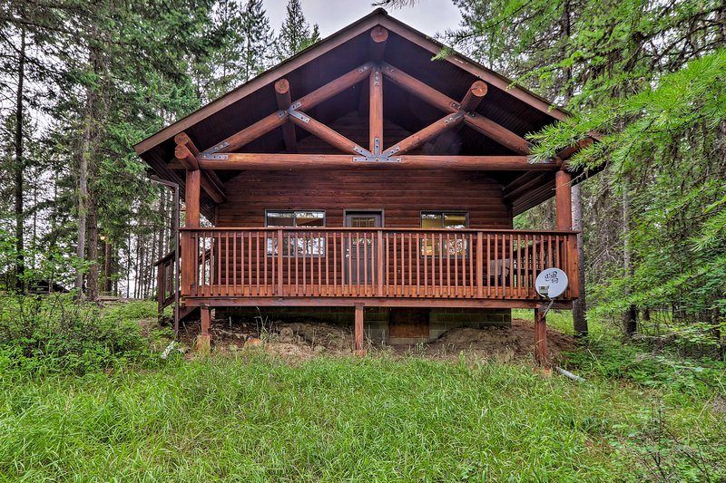 Trego Cabin w/ Mountain Views & Lake Access!, alquiler de vacaciones en Eureka