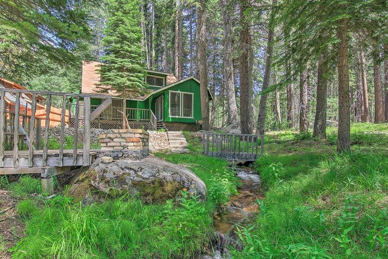 Creekside Cabin Oasis w/Deck 13Mi to Sierra Skiing, alquiler vacacional en Twin Bridges