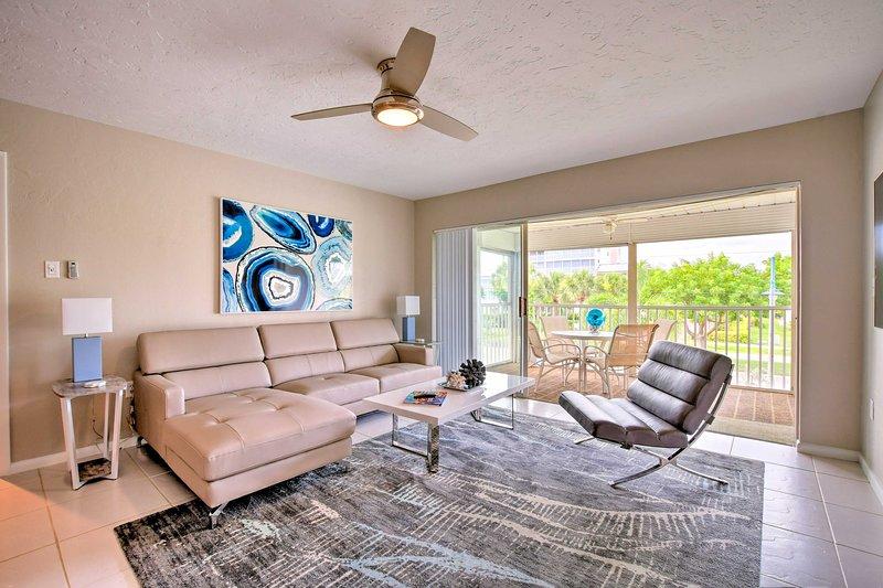 Prenota il tuo rifugio sulla spiaggia di Marco Island in questo splendido condominio con 2 camere da letto e 2 bagni!