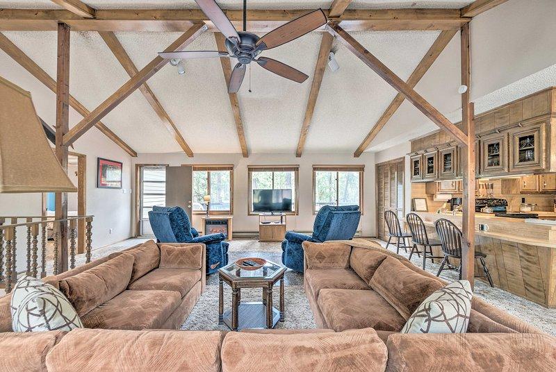 Ruidoso Home w/ Deck, 4 Mi to Ski Apache!, vacation rental in Alto