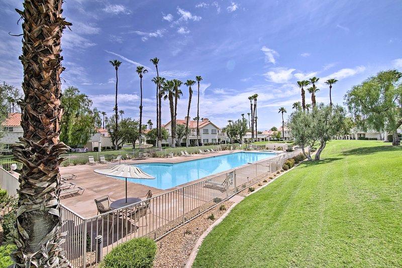 NEW! Chic Desert Escape w/ Pools, Tennis + Golfing, aluguéis de temporada em Indian Wells