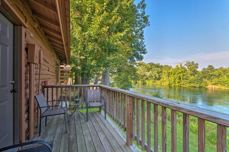 Riverfront Fishing Cabin in Heber Springs!, casa vacanza a Tumbling Shoals