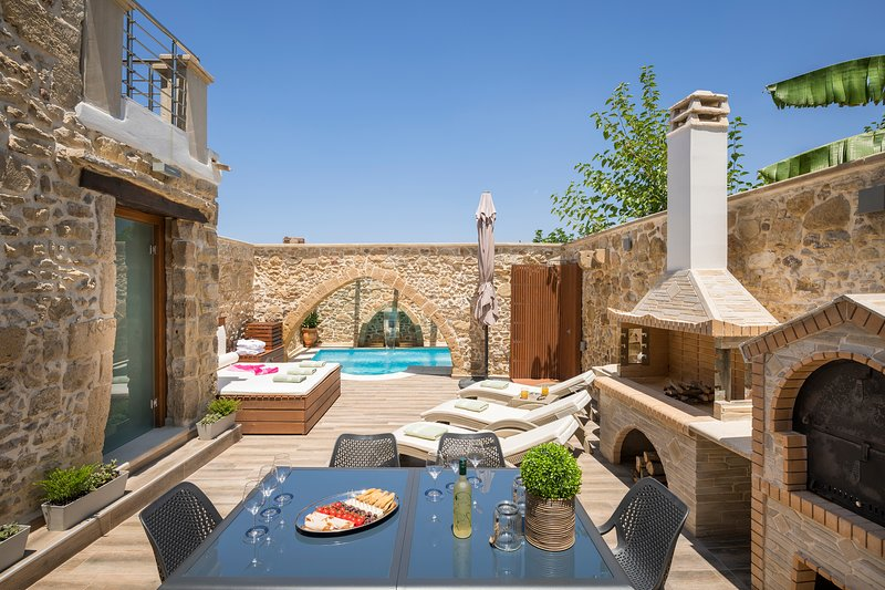 D'oro Villas | Private Heated Pool & Jacuzzi, holiday rental in Drapanias