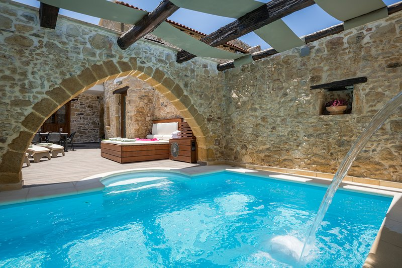 Doro Gold Villa With Private Heated Pool, Drapanias Chania, holiday rental in Drapanias