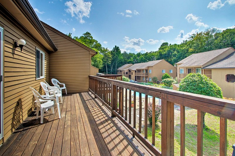 Lincoln Condo w/Pool Access, 6 Mi to Loon Mtn, vacation rental in Sugar Hill
