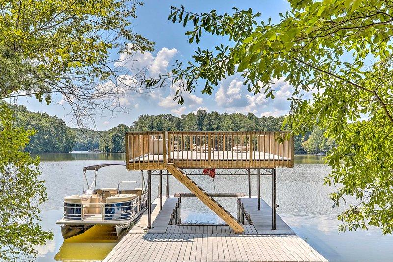 Esta tranquila propiedad frente al lago cuenta con un muelle privado de 2 pisos.