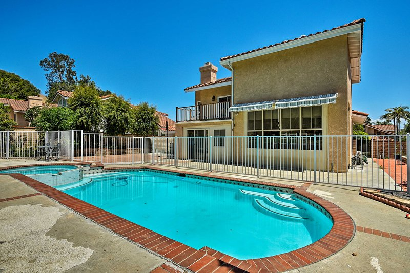 Home w/Pool & Karaoke Machine, 12mi to Disney, location de vacances à Diamond Bar
