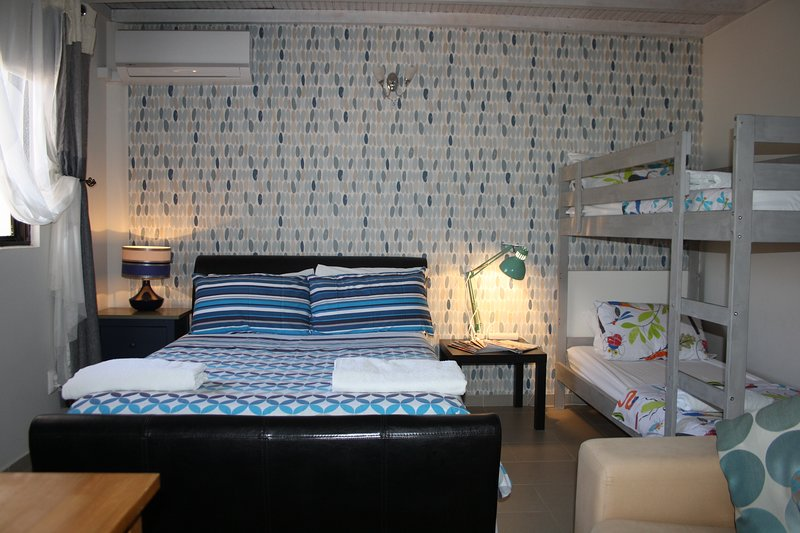Casa dos Sonhos - Bluebell Studio Apartment- 2 Adults and 2 Children, holiday rental in Olhao