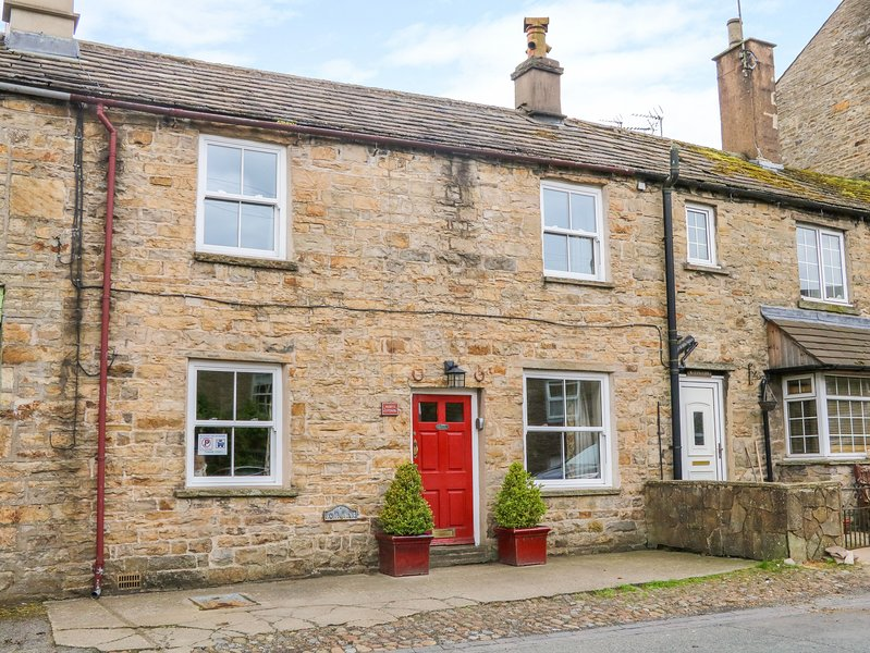 MARY'S COTTAGE, mid-terrace, woodburner, WiFi, pet-friendly, in Hawes, holiday rental in Gayle