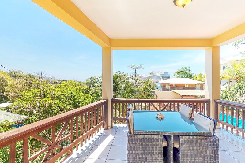 Ocean and pool view studio w/ outdoor dining and shared pool, alquiler de vacaciones en Coxen Hole